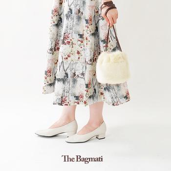 巾着型のエコファーバッグ。底部分がカゴ素材なので、ふとした瞬間ちらりと覗く異素材コントラストが絶妙な可愛さ!