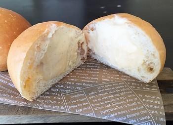 """埼玉県にある自家製天然酵母 石窯パン工房「PANJA」さんの""""トロ生クリームパン""""は、厳選した5種類の小麦粉を独自にブレンドし、自家製のレーズン酵母でゆっくりと発酵。ふんわりと焼き上げたブリオッシュ生地の中に、バニラビーンズたっぷりの自家製カスタードクリームと生クリームをたっぷりと詰めた逸品。きっと一度食べたらリピート決定の美味しさです。「PANJA」さんの作るパンは体に優しいのは勿論、心までもほっこり優しく包み込んでくれそうですね!"""