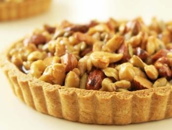 """お菓子と天然酵母パンの「cerneau」さんの""""ナッツタルト""""は、クルミ、アーモンド、カシューナッツ、ヘーゼルナッツ、かぼちゃの種の5種類のナッツとシードがたっぷり! なんとこのナッツ、製造の直前に、1種類ずつベストな焼き加減でローストされ、それぞれのナッツの香ばしさと食感を最大限に引き出しているというこだわり! また、バターや生クリームは不使用、100%植物性。コクがあり、甘さ控えめのさっくりした仕上がりのタルトは、笑顔が集まるホームパーティーや、お呼ばれの時の手土産にもぴったりです。"""