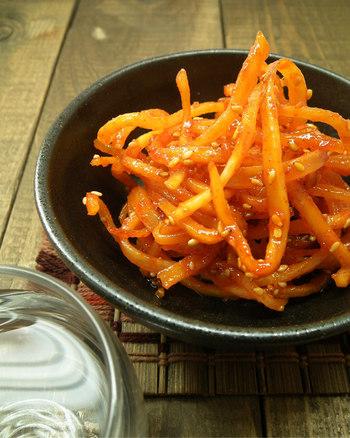 """温暖な気候の愛知県豊川市に小さな店を構え、地元の新鮮な野菜を使い、手作りのキムチや食べるラー油を販売している「ちょび辛」さん。 こちらの""""ちょびいかくん""""は、柔らかなさきいかを本場韓国のコチュジャンと水飴で甘辛く仕上げた一品。 一度食べたら、箸が止まらぬ美味しさです! 韓国気分になれる味わいは、ビールやお酒のおつまみとして、また、暖かいホカホカご飯に乗せて食べても絶品です。"""