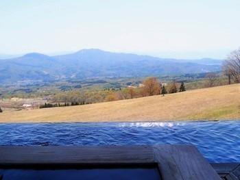テラス、温泉が引き込まれた露天風呂ともに、水盤がめぐらされています。