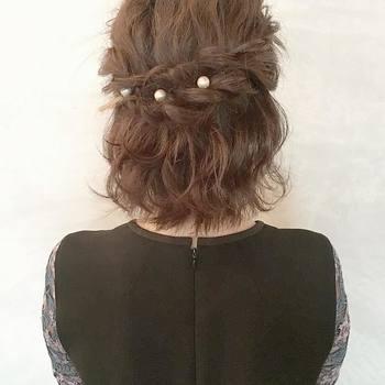 右のサイドの毛束を二つ取り、ねじって左側で留めたアレンジ。パールのヘアアクセサリーなどで華やかさをプラスすると、結婚式にもぴったりですね。
