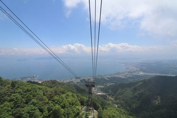 水盤を備えたインフィニティ・ラウンジ「びわ湖テラス」は打見山にあります。 ※画像は「山麓駅」から一気に「びわ湖テラス」のある「山頂駅」まで運んでくれる日本最速のロープウエイ。