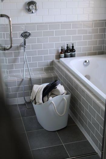 換気扇周りと五徳は取り外して重曹水に浸け置きし、その間にバスルームにカビ取り剤を拭きつけて待つ間にトイレ&お風呂のバスタブをキレイに磨き上げましょう。その後、浸け置きしていた換気扇周りを磨き、シンク周りはクエン酸などで磨いて・・・最後は、クエン酸+重曹で排水口のぬめりもキレイに!と効率よくまとめて掃除できるのが水回りです。  ※お掃除中に換気扇が動いてしまうと危険です。はじめに電源を切り、ブレーカーを落としておきましょう。