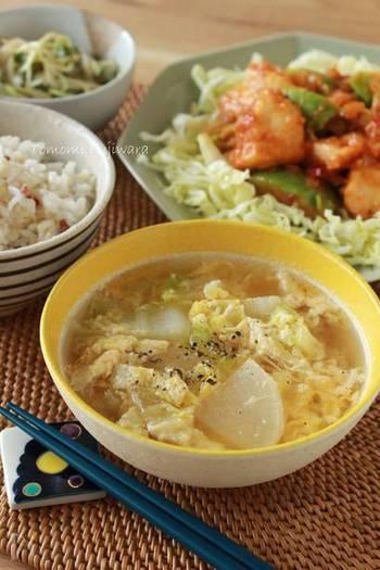 これからが旬のお野菜、白菜と大根を使った卵スープ。優しい味わいなのでマーボナスのピリ辛風味をぐっと引き立ててくれます。