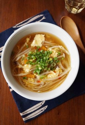 もやしやしめじが入ってシャキシャキ美味しい中華スープ。溶き卵でふんわりと仕上げた、優しい味わいのヘルシースープです。