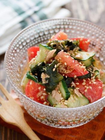 切って和えるだけ!トマトとキュウリ、ワカメにツナといった身近な素材だけで作れるサッパリ系簡単サラダは、こってりとしたマーボナスの箸休めにも◎