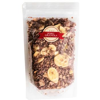 """グラノーラ専門店「forugranola」さんの""""チョコレートバナナグラノーラ""""は、ココアベースのグラノーラにたっぷりのバナナチップスを加えた人気商品。ナッツ類、チョコレート、バナナ、この3種類の組み合わせが相性抜群! 「forugranola」さんの一番の特徴は、サクッじゅわっの新食感!100%純粋のメープルシロップ、イタリア産のグレープシードオイルを贅沢に使用したシロップに、上質なオートミールやナッツを絡め、低温でじっくり丹念に焼き上げているそうです。一度食べたら、もうこのグラノーラしか食べれない!なんていうリーピーターさんもいる程の人気の一品です。"""