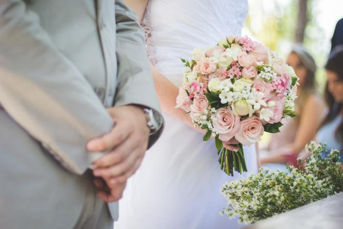 同僚や友人などの結婚式に参列する際は、身だしなみやふるまいなどに気を付けて、幸せな雰囲気を盛り上げられるようにしたいですよね。でもいざ参列するとなると、細かな部分のマナーに自信がない・・・なんていうこともあるのでは? どういったことを心得ておくべきか、具体的にご紹介していきましょう。