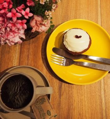 おすすめは、こだわりの焼き菓子。こちらは人気のキャロットケーキで、コーヒーとの相性も抜群です。軽食もあるので、お腹が空いた時には、スパムおむすびやトーストもいいですね♪