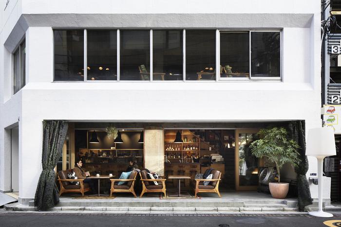 東日本橋駅B4出口から徒歩約1分、馬喰町・馬喰横山駅A4出口からも徒歩約2分の「バクロ コモン」。ドラマやMVでも使用されるおしゃれな外観は、街中でもひと際目立っています。