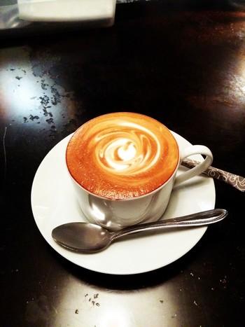 カフェのみの利用は14時~18時までです。ランチタイムやディナータイムには、お店ご自慢の本格派ハンバーガーと、地中海料理もぜひ味わってみてくださいね。店内も素敵なので、お食事をいただきながらゆったりと過ごすのにおすすめです。
