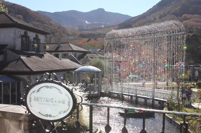 強羅駅や箱根湯本駅からバスで箱根ガラスの森まで、または東名御殿場I.Cから国道138号線で箱根方面へ約20分のところにある「箱根ガラスの森美術館」。箱根の美術館の中でも、メジャーどころ。1度は訪れてみたい場所です!