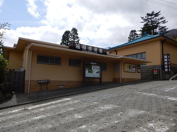 強羅からケーブルカーに乗り、公園上駅を下車した場所にある「箱根美術館」。館内では、縄文土器から鎌倉・室町時代の壺など、日本のやきものを中心に、なかなかお目にかかることのできない貴重な作品を鑑賞できます。
