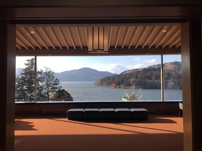 なんとこちらはロビーからの景色。まさに絶景です!展示は画家・山本丘人氏、平山郁夫氏などの日本画をメインに、あまり大きいスペースではないですが、ゆったりと鑑賞ができ、それがまた上品にも思える空間です。