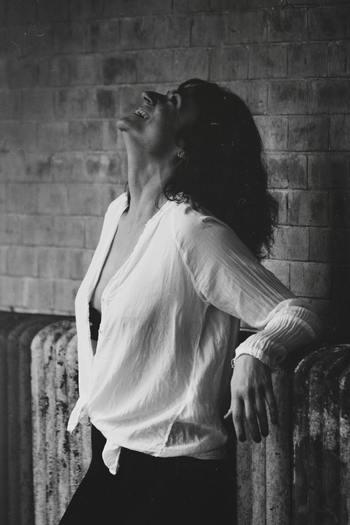 なぜ「悩みなさそうだよね」と言われてしまうのか。大きな理由として、いつも明るく朗らかに笑っていることが挙げられるでしょう。「悩みがないから笑っている」と思われているのかもしれません。