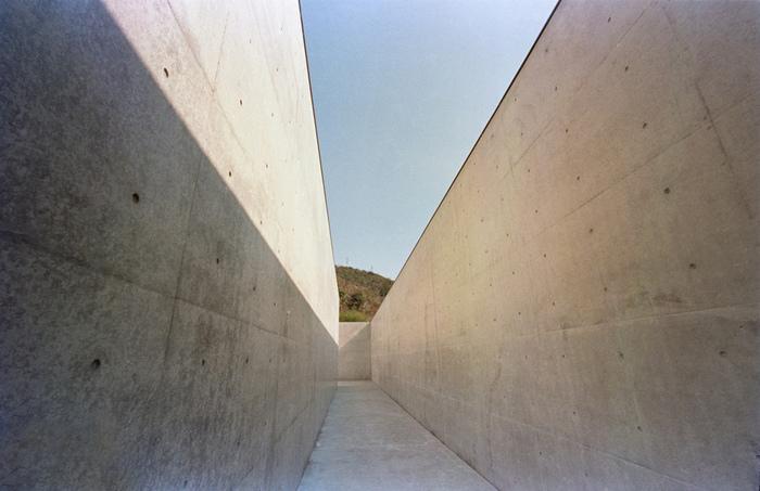 美術館の建物そのものもアート。自然と作品、建物の調和が見事です。美術館には李禹煥さんの自然石を使った彫刻や絵画などが展示されています。五感で感じることのできるおすすめの美術館です。