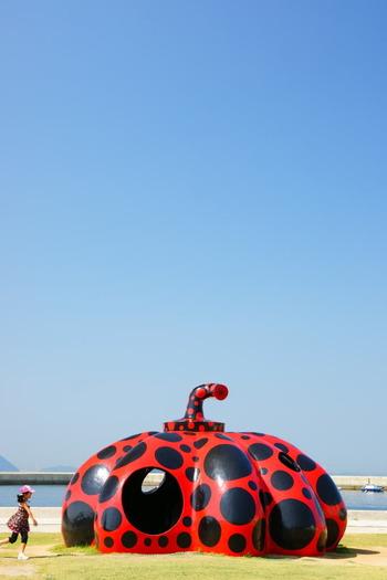 直島に向かうフェリーから真っ先に目に飛び込んでくる作品「赤かぼちゃ/草間彌生」。 かぼちゃのフォルムと水玉が素敵ですね。丸くくりぬかれたところから中に入ることができますよ。