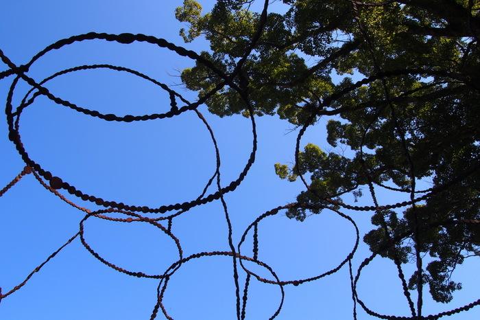 こちらはまるで空に粒子が舞ったかのような、円形が美しい青木野枝さんの作品「空の粒子/唐櫃」。青空に映えますね!