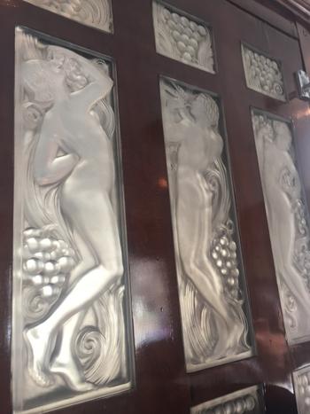 宝飾とガラス工芸作家、ルネ・ラリックの生涯を綴る展示の数々に圧倒されます。園内には、ラリックが内装を手がけたオリエント急行がサロンとなって併設されています。こちらはオリエント急行内のラリックのガラスパネル。美しい装飾を見ながら優雅なティータイムを過ごせますよ。