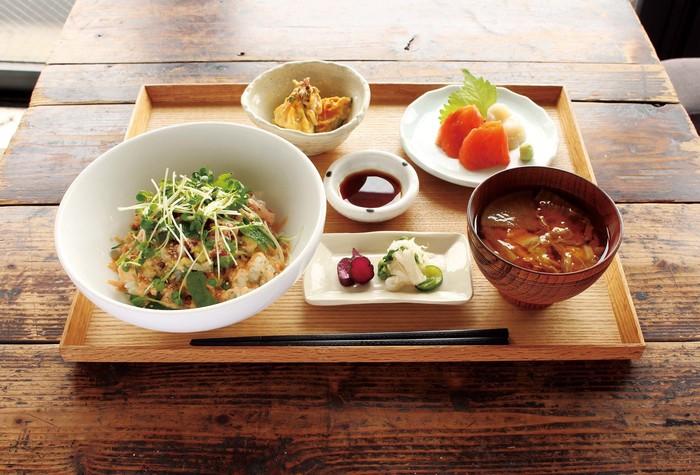 どんぶりのランチセットも人気。どんぶりにお味噌汁、小鉢、こだわり鮮魚のお刺身と、ほうじ茶のセットになっており、満足のいくランチが食べられます。