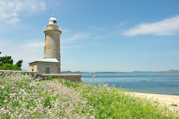 男木島の見どころのひとつ「男木島灯台」。明治28年に建てられた、御影石造りの珍しい灯台で「日本の灯台50選」にも選ばれています。レトロでどこか可愛らしい灯台は映画のロケ地にも使われたんだそう。すぐ横には砂浜があり、灯台からの眺めも最高です。