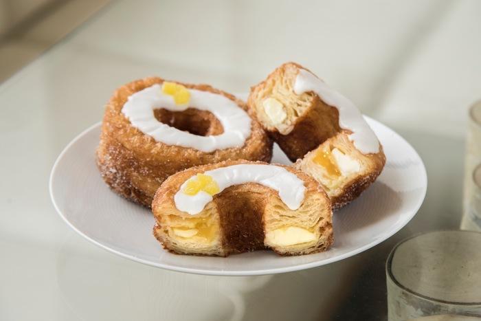 こちらが大人気のハイブリッドスイーツ「クロナッツ」。クロワッサンとドーナツを掛け合わせて作った「クロナッツ」は、一度は試してみたい逸品。月替わりでフレーバーが変わり、同じ味は二度と再販しないというこだわりも!