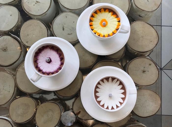 他にも、マシュマロでできた蕾が自家製ホットチョコレートの上で開く「花咲くホットチョコレート」なんてドリンクもあったりして、遊び心満載なカフェなんです。