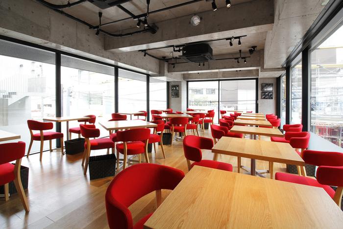 店内は、コンクリート打ちっぱなしの壁と赤い椅子が特徴のスタイリッシュな空間。足を踏み入れれば贅沢な気分に♪