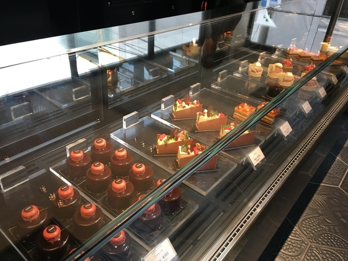 店内のショーケースには、綺麗に並べられたケーキやチョコレートの数々が並んでおり、見ているだけでもワクワクします♪