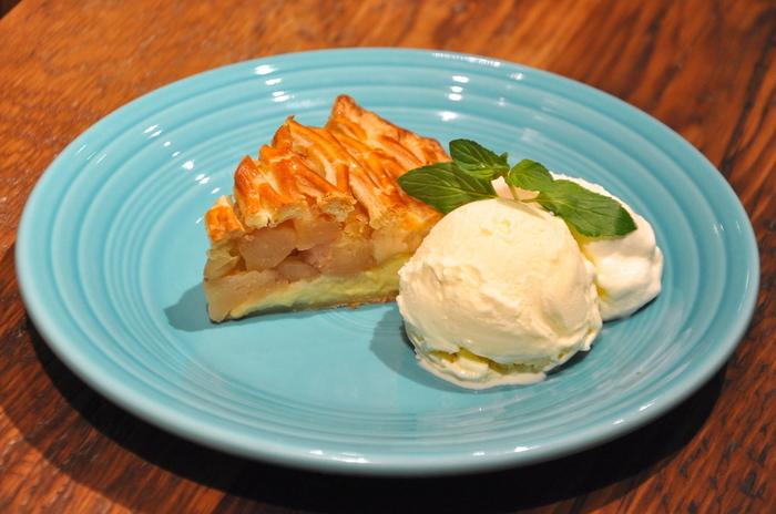 定番メニューには、4種類のアップルパイがあり、その他、旬の食材を使った季節限定のアップルパイや青山店限定のアップルパイが選べます。
