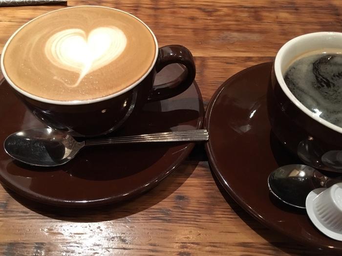 甘いアップルパイのお供には、ブレンドコーヒーやカフェラテがよく合います。