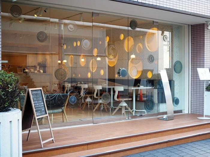 表参道駅より徒歩約2分。ガラス食器ブランドの「スガハラ」が運営するオシャレなカフェ「Sghr cafe Aoyama(エスジーエイチアールカフェ アオヤマ)」。駅からも近く、一人でふらりと立ち寄りやすいカフェです。