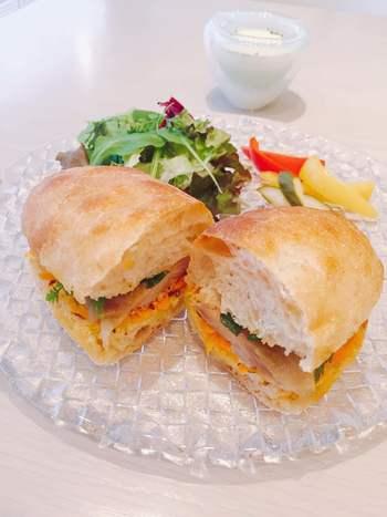 人気のランチは、日替わりで具材が変わるサンドのセット。サンドには、大阪のパンの名店「ル・シュクレ・クール」のシャバタを使っているというこだわりも。