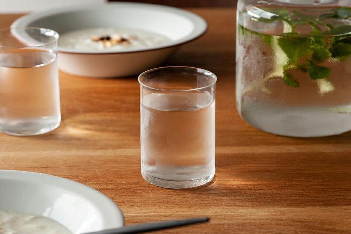 真っ直ぐなシルエットが美しいグラス。ガラスの薄さが伝わってくるほどの透明感です。ほんの少し外に引き出された飲み口で、口当たり良く。