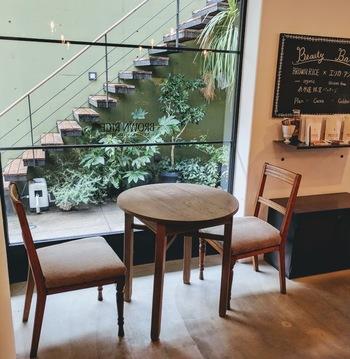 自然派をうたう店内は、落ち着いた雰囲気で一人でもゆっくりと過ごせます。