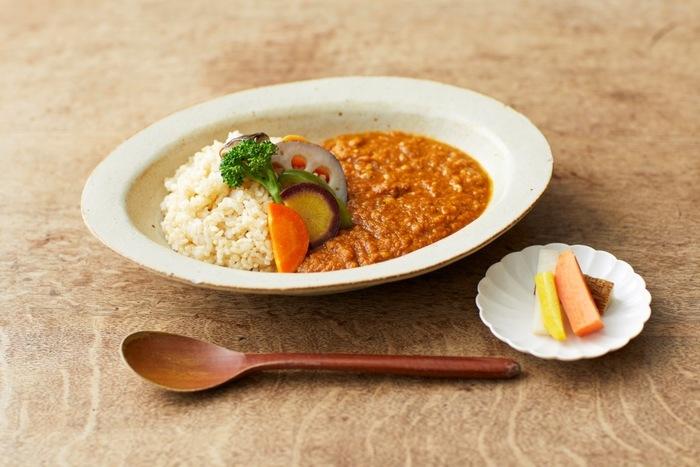 こちらも人気のランチメニュー「季節野菜のカレー」。お米は、もちろん玄米ご飯。トマトベースの味付けはさっぱりとしていて、とっても美味!