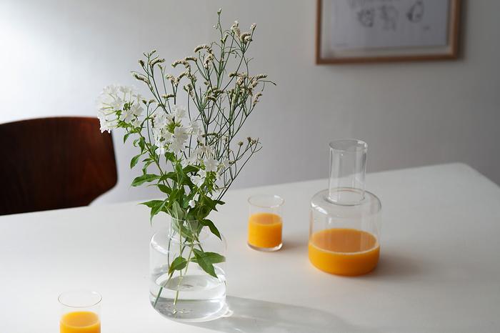 カラフェはシンプルながら、温かみのあるシルエット。ジュースを注げば色鮮やかさがそのまま伝わってきます。