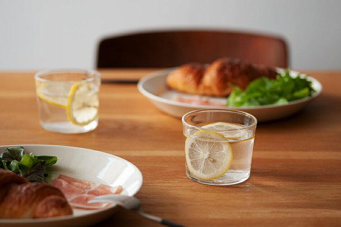 厚手でずんぐりとした印象のグラスは毎日使いに持ってこい。食卓に乗せれば、どこか親しみのある雰囲気が醸されます。