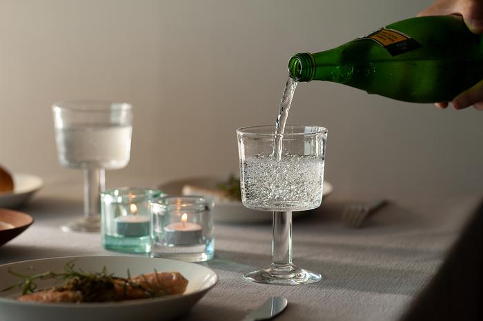 しっかりとした脚が印象的なワイングラス。素材には高級ワイングラスにも用いられる「カリクリスタルガラス」が使われていて、透明感が冴えています。