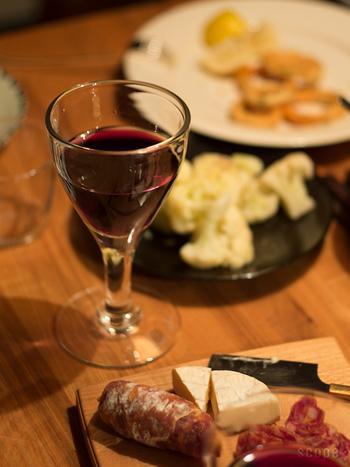 ワイングラスは緩やかなラインが優しい表情。縁の厚みが唇に心地よさそう。