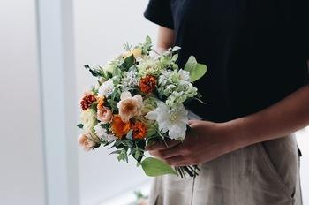 お花は、お祝いの定番ですよね。花やグリーンの相性、質感や形にバリエーションを持たせたブーケはまさに芸術。お花が好きな方も、日頃お花を買わない方もきっと心を踊らせること間違いなしです♪