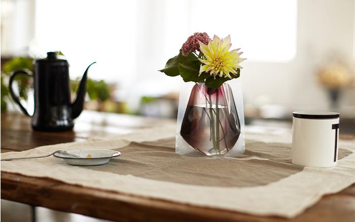お花を贈りたいけれど花瓶があるかな?なかったら悪いし、だからと言って花瓶を贈るとなると好みもあるし…と毎回悩む方もいらっしゃるのでは?そんなときにおすすめなのが陶器でもガラスでもない、水で膨らむフラワーベースです。ギフト向けの販売もありますので、ぜひ素敵なお花とペアリングしてみてはいかがでしょうか?