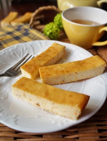 クリームチーズや生クリーム、ニンジンとリンゴの搾りかすなどを混ぜ合わせて、焼くだけの簡単レシピ。 ほんのりとしたオレンジ色に仕上がるので、見栄えがかわいいのも◎ ジュースをつくった後の搾りかすを使用していますが、皮ごとすりおろしたニンジンを使ってもOK♪