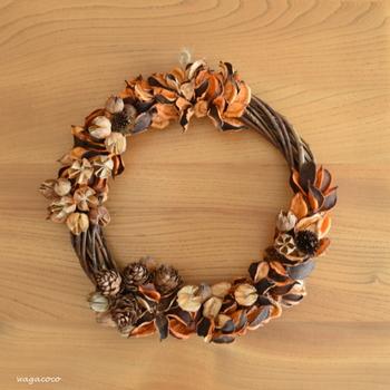 100円ショップのアイテムを使って、秋らしいリースを作ることもできます。こちらは、ポプリのあせた色合いを利用したシンプルシックな秋リース。松ぼっくりや木の実を加えると、秋らしさが増します。