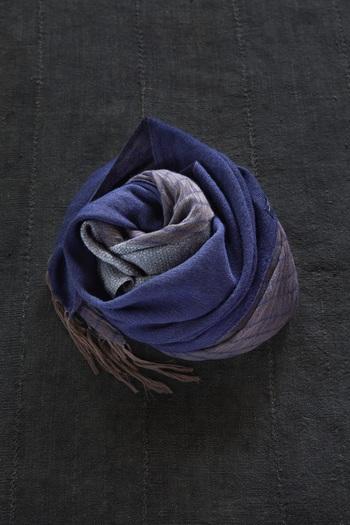 濃淡や質感の違いが絶妙に織り成す「ネイビー」。落ち着いた色合いが多くなる冬のアウターに、程よいアクセントを加えてくれそう。