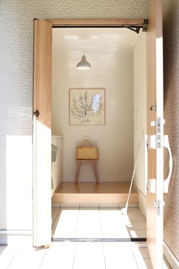 玄関に椅子があるとちょっとした休息スペースになるだけでなく、スリッパや靴べらなどを入れておく収納スペースとしても活躍してくれます。