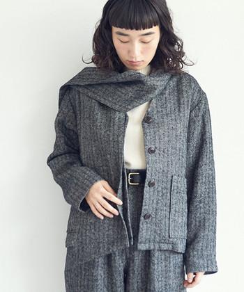 マフラーのようになる個性的な襟元が印象的なこちらのジャケットは、いつもの装いをより素敵に演出してくれます。上質なリネンウール生地で作られているので、ちょっとしたお出かけにも大活躍してくれそう。
