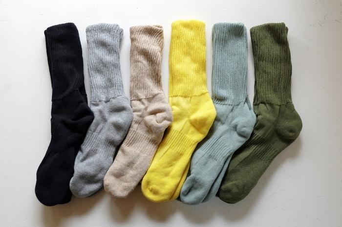 内側が絹、外側が綿でできている二重構造の靴下。足首部分はゆったりとしたリブ編みで、締め付けずに適度なフィット感があります。