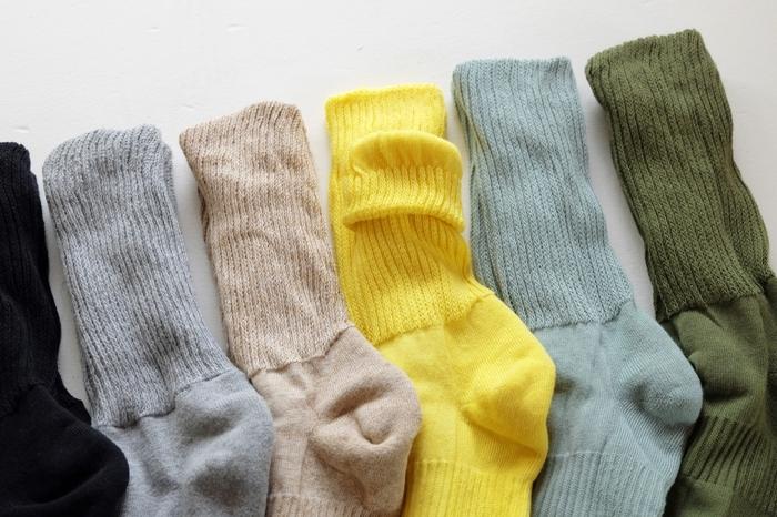 絹は吸湿性と放湿性に優れていて、体内の老廃物を汗と一緒に吸い出す力が強いと言われているそう。外側の綿は、絹が吸い出した湿気を吸収して保温するので、足はサラサラでぽかぽか。カラーバリエーションも豊富だから、服に合わせてコーディネートを楽しめます。 ※11月中旬から発売予定